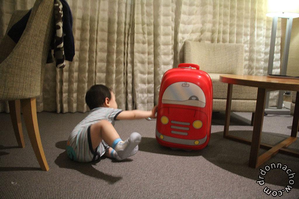 Travelling with his Samsonite Junior
