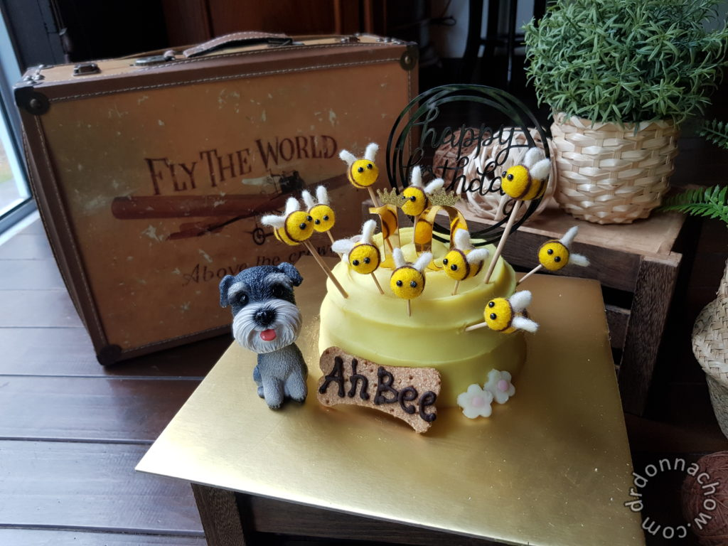 Bee hive cake with 10 bees toppers
